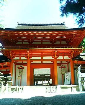 写真 春日大社の楼門、参道の左手にある