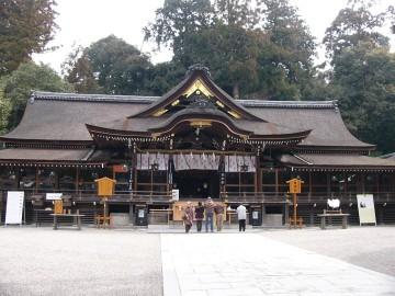 写真 フレームに収まりきらないくらいに大きな大神神社の社殿