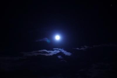 雲まで照らす明るい月夜の写真