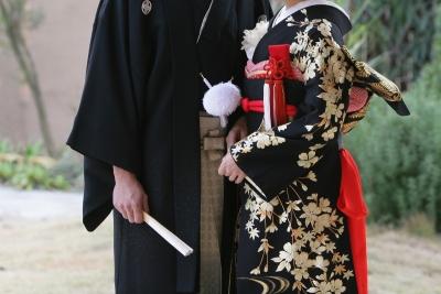 黒紋付の男性と黒の引き振袖の女性の写真
