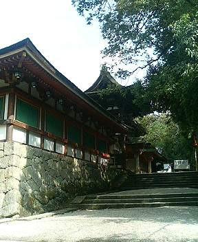 参道から本殿の回廊を臨む写真